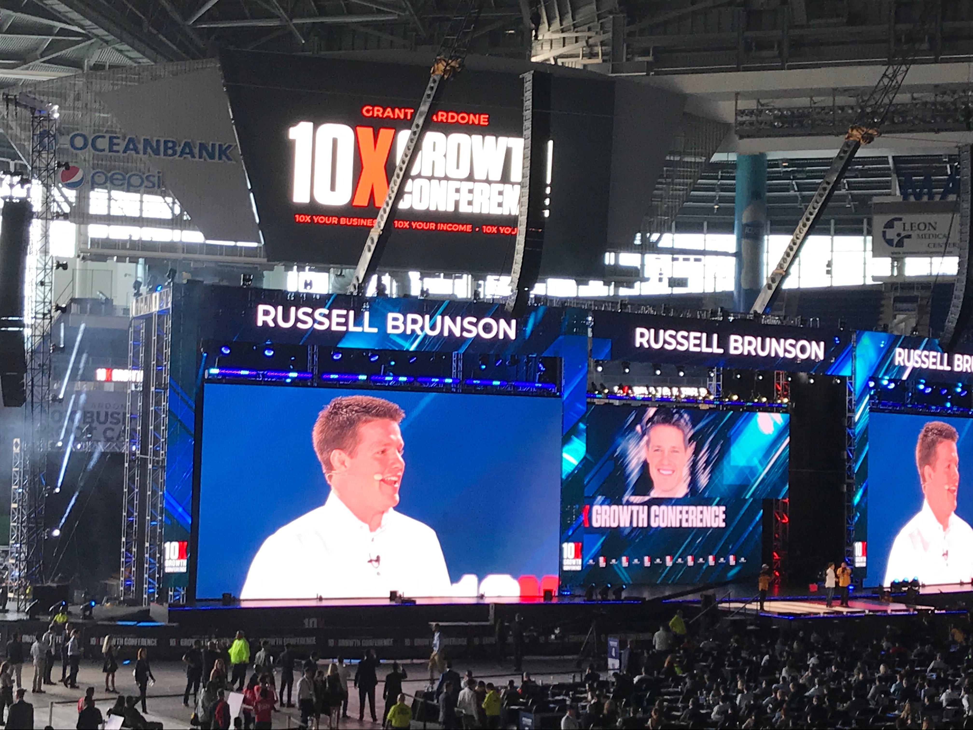 russel-brunson-onstage-at-10x-con-1