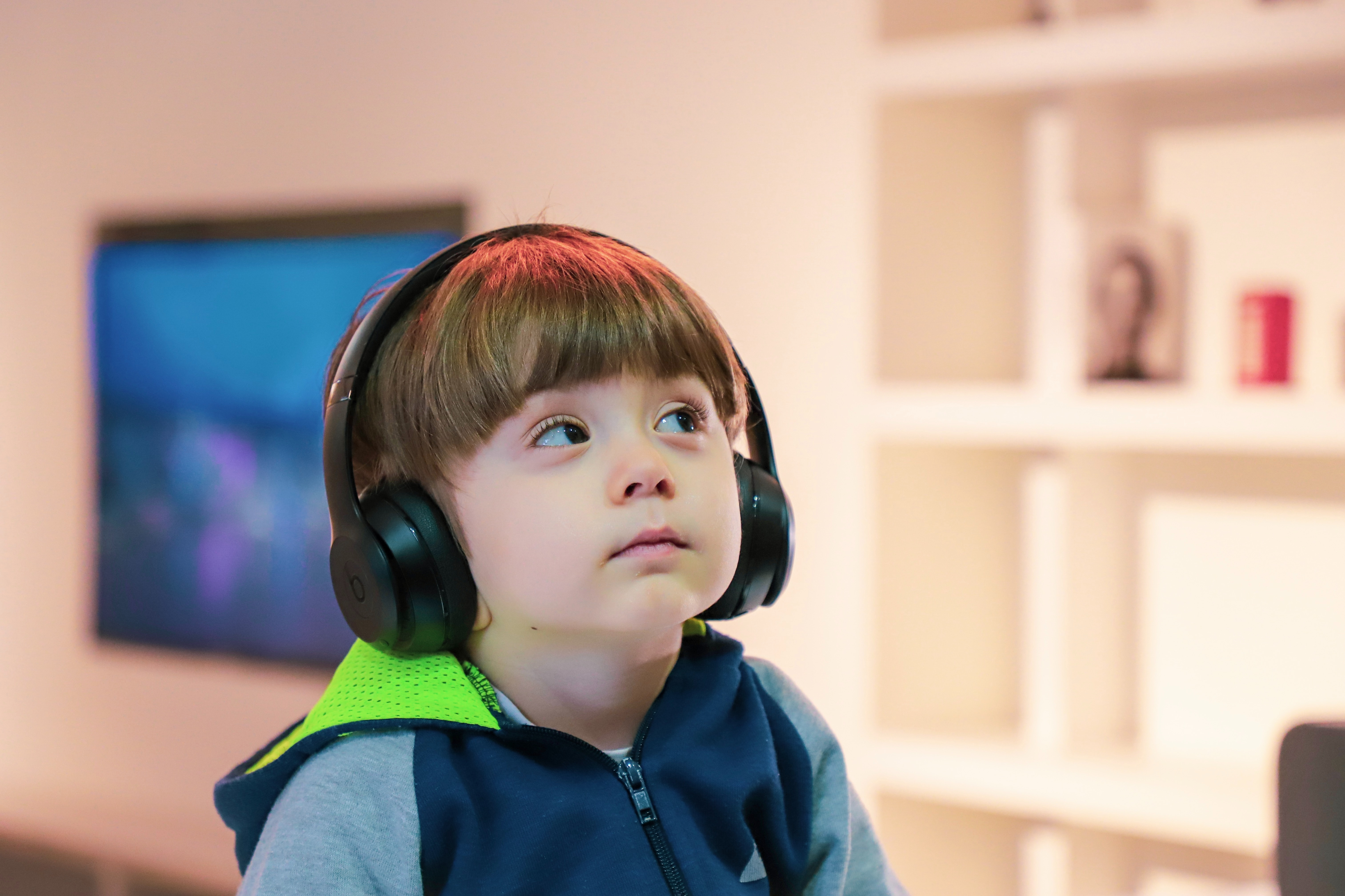 child-listening-to-web-content-with-headphones-photo-by-alireza-attari